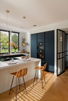 Favorite aesthetics, plus design tips & tricks for making the most out of a small kitchen. Kitchen Interior, Kitchen Remodel, Kitchen Decor, Contemporary Kitchen, Modern Black Kitchen, House Interior, Kitchen Diner, Home Kitchens, Kitchen Design