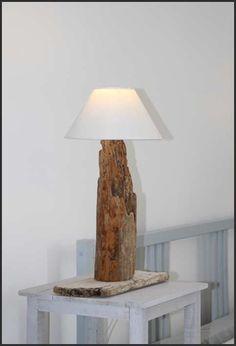 Une lampe en bois flotté, toute simple ! lampe 2  De la colle et 2 tourillons, pour assembler le socle et le pied de lampe, et je... #LampPied