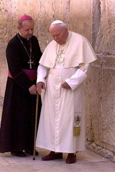 How very frail he became before he died😔 Catholic Religion, Catholic Saints, Roman Catholic, Papa Francisco, Pope John Paul Ii, Paul 2, Pape Jeans, Papa Juan Pablo Ii, Religious Images