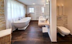 Ein Zuhause wie im Urlaub - Wie eine mallorquinische Villa präsentiert sich das Fertighaus Haas MH Poing 187 von Haas Haus. Das in changierenden Terrakotta-Tönen eingedeckte Walmdach vermitt...