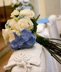Romántico ramo de novia con rosas blancas y hortensias azules