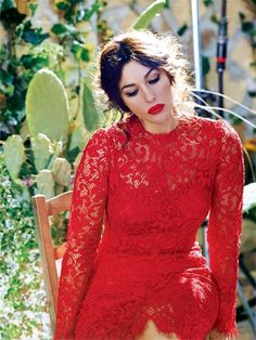 Do you want the same Dolce e Gabbana red lace dress that Monica Bellucci wears in this picture? H&M made a perfect clone for less than 50 euros - FASHION Mimeo