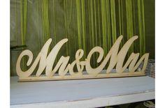 Natúr fa Mr & Mrs tábla talppal írott - Esküvői kiegészítők - kosarbolt
