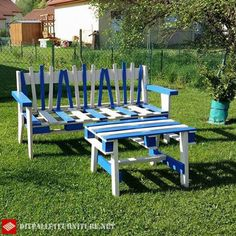 Claude Gérard has designed this peculiar bench and table with pallets. He has painted it with white and blue colors and looks fantastic, although you can also Outdoor Chairs, Pallet Chairs, Pallet Tables, Outdoor Furniture, Outdoor Decor, Pallet Furniture Tutorial, Blue Colors, Diy Chair, Diy Table