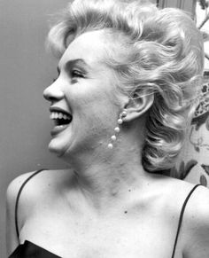 In Marilyn Monroe, was now a full-blown movie star. Marilyn posed for photographer Earl Leaf again, this time during a party at her own home in Los Angeles. Marilyn Monroe Portrait, Norma Jean Marilyn Monroe, Marilyn Monroe Photos, Old Hollywood Glamour, Vintage Hollywood, Classic Hollywood, Veronica Lake, Marilyn Monroe Cuadros, Braut Make-up
