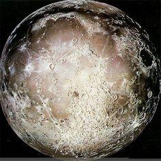 """美绝密档案遭泄:月球惊人秘密被曝光美秘密档案曝月球UFO事件  阿波罗登月只是轻描淡写的描述了地球的外貌等等,而对背对地球的月球的背面却是一字不提。  近日美国秘密档案首度透露关于月球UFO事件。 档案称美国登月曾在月球背面发现一个巨大心型坑,宇航员当时人物这很可能是一扇奇特的""""门""""。据外界估测,这扇""""门""""里的通道长有4公里,里面�"""