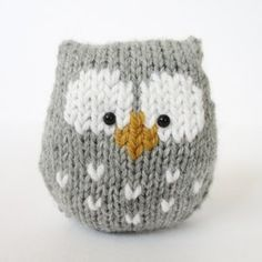 This a simple to knit owl. It is knitted in one piece, and there is no tricky colour-work as the eyes and beak are added after knitting using Swiss Darning (or duplicate stitch) embroidery.THE PATTERN INCLUDES: Row numbers for each step so you don't lose Owl Knitting Pattern, Knitting Charts, Easy Knitting, Loom Knitting, Knitting Stitches, Knitting Patterns Free, Crochet Patterns, Knitting Toys, Weaving Patterns