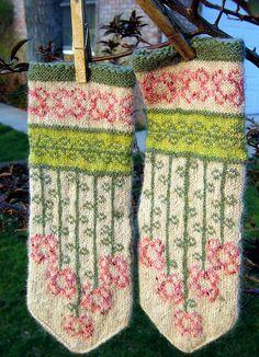 vinterblommen- free mitten pattern by Heidi Mork knit by Fascine