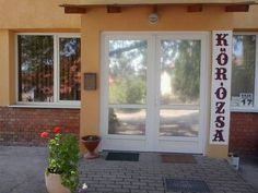 K?r�zsa Vend�gh�z Szeksz�rd Offering a barbecue and terrace, K?r?zsa Vend?gh?z is situated in Szeksz?rd, 48 km from P?cs. Free WiFi is featured throughout the property and free private parking is available on site.  The rooms are fitted with a TV with satellite channels.