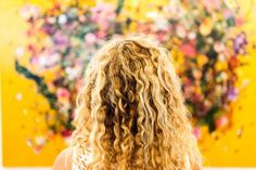 Want to know if you have naturally curly hair? Not sure if you're a curly girl? Here are 6 Tell-Tale Signs that You Have Naturally Curly Hair. Thick Curly Hair, Curly Hair Styles, Natural Hair Styles, Wavy Hair, Curl Hair Without Heat, Matted Hair, Shower Tips, Curly Girl Method, Permed Hairstyles