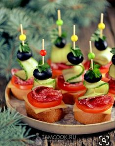 Canapes with jerked sausage, cheese and olives - recipe with photos step by step. Today will prepare one of the most popular holiday snacks - canapes with jerked sausage and cheese. Finger Food Appetizers, Appetizer Recipes, Party Food Platters, Canape Food, Olive Recipes, Good Food, Yummy Food, Holiday Snacks, Food Garnishes