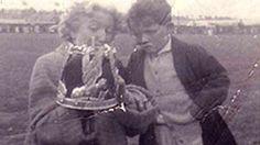 Dilys Cadwaladr yn dangos ei choron i fachgen bach yn Eisteddfod Rhyl 1953