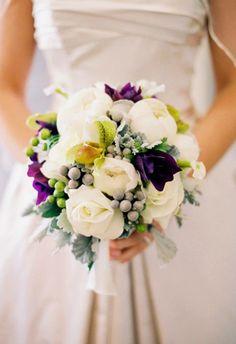 White roses for wedding. Białe róże w bukiecie ślubnym