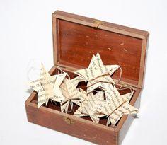 Vintage Geschenkanhänger christmas decoration alte buchseiten basteln weihnachtsdeko shabby STERNE Baumschmuck shabby von Handmade Erzgebirge auf DaWanda.com http://de.dawanda.com/product/92109159-vintage-geschenkanhaenger-sterne-baumschmuck-shabby
