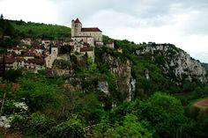 """Dentro de los catalogados como """"Los pueblos más bellos de Francia"""" está Saint Cirq Lapopie, que es precioso tanto por dentro como por fuera. En esta ocasión nos quedamos con el exterior, con las impresionantes vistas de un pueblo situado en un acantilado de los meandros del río Le Lot."""