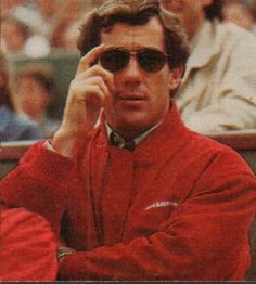 Roland Garros 1992, match Seles-Graff. Ayrton totally working those shades. Charisma overload.