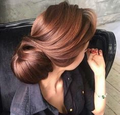 Are you looking for auburn hair color hairstyles? See our collection full of auburn hair color hairstyles and get inspired! Hair Color Auburn, Auburn Hair, Auburn Red, Light Auburn, Gold Hair Colors, Brown Hair Colors, Cabelo Rose Gold, Brown Hair Trends, Auburn Balayage