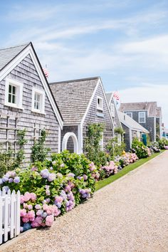 image via Happy weekend or what I really should say is Happy Labor Day weekend! We decided to kick off Labor Day weekend a little early this year and arrived in Nantucket on Wednesday. We have never been to Nantucket Nantucket Cottage, Nantucket Island, Nantucket Style Homes, Nantucket Baskets, Les Hamptons, Beautiful Homes, Beautiful Places, Beach Cottage Decor, Beach Cottages