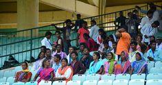 बलरामपुर-रामानुजगंज जिले के पंचायत प्रतिनिधियों ने शहीद वीर नारायण सिंह अंतर्राष्ट्रीय क्रिकेट स्टेडियम का अवलोकन किया. स्टेडियम की खूबसूरत बनावट, मैदान में दूर तक हरियाली, दर्शकों के बैठने के लिए सुंदर कुर्सियां देख प्रतिनिधि बहुत खुश हुए. काफी देर तक दर्शक दीर्घा में बैठकर वे स्टेडियम को निहारते रहे. प्रतिनिधियों ने कहा स्टेडियम तो शानदार है.