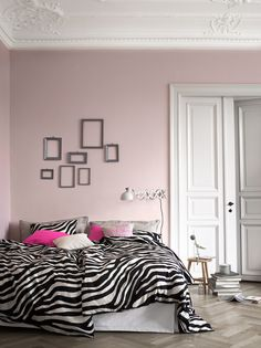 blanc, noir, rose, gris, ... I'd change the bed linens, but the room is exquisite