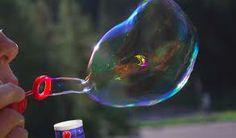 Una bolla di sapone è un fine strato di acqua e sapone che forma una sfera dalla superficie iridescente