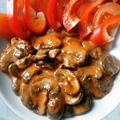Paddenstoelen stroganoff . Voor 1 persoon 150 gr champignons deze aanbakken met een beetje boter daarna 1 el tomaten puree erbij vuur laag en 1 el amandelmeel , goed doorroeren daarna een beetje slagroom ongeveer 2 el erbij en inkoken tot het dik genoeg is , kruiden met peper en zout en wat kappertjes