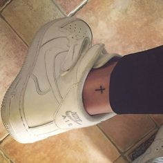 Itty bitty cross ❤️ I like the placement as well. #tattoo #tattoos #littetattoos
