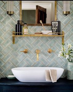 6 Tipps, um Ihre Badezimmer Renovierung Look Amazing 6 Tips to Make Your Bathroom Renovation Look Amazing brush Bathroom Renos, Bathroom Interior, Master Bathroom, Bathroom Ideas, Tiled Bathrooms, Gold Bathroom, Serene Bathroom, Bathroom Designs, Washroom
