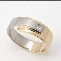 Bicolor forged gold with a Princess cut diamond. Bicolor smeed ring met een Princess geslepen diamant
