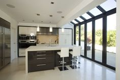 Peppe This modern kitchen extension by Apropos incorporates three sets of folding sliding doors with Conservatory Kitchen, Conservatory Design, Conservatory Extension, Kitchen Orangery, House Extension Design, Glass Extension, Extension Ideas, Extension Google, Side Extension