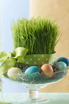 grow your own easter grass. Put a Rabbit, easter eggs etc around the bottom for the full table effect. for an Easter lunch or dinner Diy Osterschmuck, Easy Diy Crafts, Diy Craft Projects, Hoppy Easter, Easter Eggs, Easter Bunny, Grass Centerpiece, Easter Centerpiece, Centerpiece Ideas