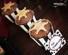 Cowboy party cupcakes chocolate, decorated with sheriff stars made of marzipan   Supersøte cupcakes til cowboyparty - pyntet med marsipan-sheriffstjerne =) Lag selv, les mer på bloggen =)