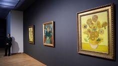 La obra Los Girasoles de Van Gogh (d) cuelga de una de las paredes del Museo Van Gogh. | Efe