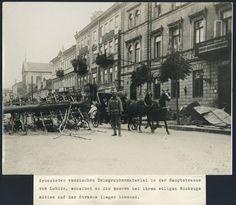 Zdjęcie zrobione tuż po wejściu wojsk austro-węgierskich i niemieckich. Po prawej spalona poczta (gmach zostanie przebudowany w latach 20. XX wieku),