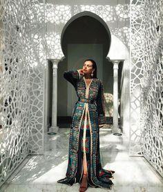 ✨The beautiful Yasmina wearing a Fouzia Naciri caftan. Kaftan Moroccan, Morrocan Dress, Moroccan Bride, Eid Outfits, Fashion Outfits, Arab Fashion, Gothic Fashion, Renaissance Clothing, Caftan Dress