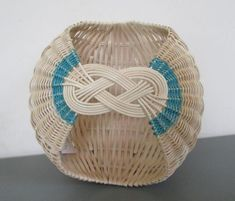 vannerie de rotin Weaving Projects, Basket Decoration, Weaving Techniques, Basket Weaving, Fiber Art, Birthday Cards, Projects To Try, Arts And Crafts, Baskets