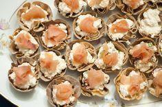 Receita de um canapé de salmão surpreendente e super prático! Molho Ranch, Canapes, Mini Cupcakes, Salmon, Buffet, Desserts, Recipes, Foods, Snacks