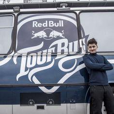 Red Bull Tour Bus, czyli najbardziej muzyczny autobus, już 1 czerwca ponownie wyruszy w drogę. Koncerty odbędą się w 7 polskich miastach, a na jego dachu wystąpi wyjątkowy artysta – Dawid Podsiadło! O tym, gdzie Dawid zawita z zespołem zadecydowali internauci podczas głosowania na miasta. W pierwszych dniach czerwca autobus odwiedzi: Płock, Częstochowę i Łódź. Wstęp na wydarzenie jest bezpłatny