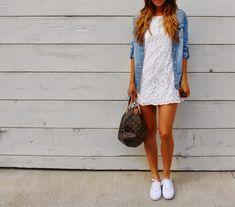 blog de moda, dicas de moda, vestido de renda branco com camisa feminina jeans e tênis branco