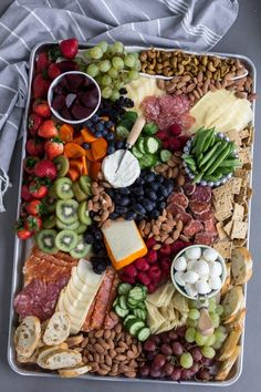 How to Build a Charcuterie Board is a simple guide to building a meat, cheese and fruit platter at home. This is the simple and healthy way to entertain! Meat Appetizers, Thanksgiving Appetizers, Appetizers For Party, Appetizer Recipes, Charcuterie Plate, Charcuterie Recipes, Charcuterie And Cheese Board, Cheese Boards, Snack Platter
