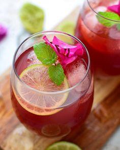 Para los días de calor, nada mejor que refrescarse con un papelón con limón, una bebida popular venezolana; esta receta tiene además te de jamaica y jengibre.