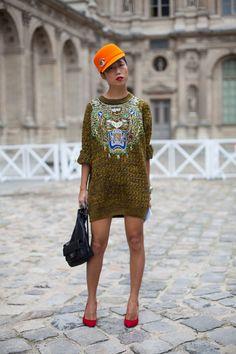 Street Style Spring Paris Fashion Week, this Kenzo sweater is everything! Street Style Chic, Street Style Outfits, Spring Street Style, Cool Street Fashion, Street Style Looks, Fashion Week Paris, Printemps Street Style, Harper's Bazaar, Bazaar Ideas