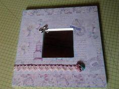 Espejo malma decorado con papel de scrapbook, cintas y flores