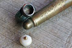 Ein aufgearbeiteter Ring (wahrscheinlich Induskultur). Für die Fassung ein selbstgemachter Einsatz aus Elfenbein und Gold.