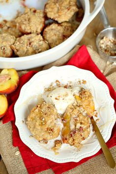 Streusel Topped Baked Peaches Light Summer Desserts, Baked Peach, Homemade Snickers, Easy No Bake Desserts, Crockpot Recipes, Easy Recipes, Quick Easy Meals, Food Videos, Breakfast Recipes