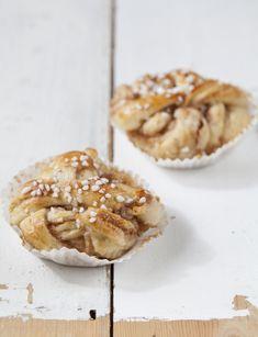 Finns det någonting i hela världen som slår riktigt saftiga och fluffiga kanelbullar? Jag gillar att göra dem som snirkliga knutar, så att man får så mycket smörig kanelfyllning i varje tugga som möjligt. Här är receptet. Recipe in English below! BULLAR 25 g jäst 2 1⁄2 dl mjölk ev. 2 tsk stött kardemumma 1⁄2 … Coffee Bread, Food Cakes, Cheesecakes, Cake Recipes, Muffin, Goodies, Cream, Breakfast, Desserts