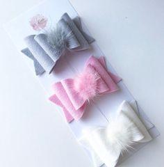 Image of Pom Pom bows - Haarschmuck Ribbon Art, Ribbon Crafts, Felt Crafts, Diy Hair Bows, Diy Bow, Felt Headband, Baby Headbands, Bowtie Pattern, Hair Bow Tutorial