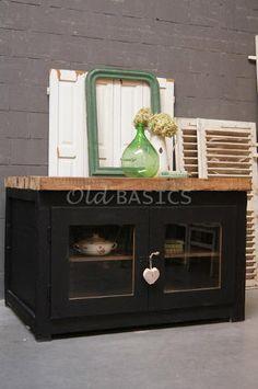 Origineel oude zwarte toonbank met deurtjes aan 2 kanten. Het dikke ...