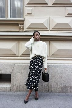 SWEATER WEATHER Oatmeal jumper, black and white spotted midi skirt & black pumps Style & Minimalism Street Style Blog, Street Styles, Street Chic, Spring Street Style, Spring Style, Winter Style, Mode Outfits, Fashion Outfits, Fashion Trends