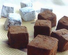 *パティシエ直伝*簡単♪紅茶の生チョコ お友達のパティシエさんに教えてもらった、超簡単な紅茶の生チョコです。めっちゃウマイ!バレンタインにもどうぞ♬ ne-ne 材料 (一口大の大きさ32個分ぐらい) ●紅茶(アールグレイ) 5.5g ●生クリーム 60cc ●牛乳 30cc ●水あめ 20g チョコレート 185g バター 16g (粉砂糖・ココアパウダー) 適量 ■ ↑g表示の分量は手順4を参考に♪ 作り方 1 チョコは刻んでボールに入れておきます(私は小さく割ってレンジで軽く温めましたが、プレゼント用等の場合は念の為 刻んでください) 2 鍋に●の材料を全て入れて弱火で温め沸騰させ、1のボールに茶漉し等で漉しながら入れて混ぜ チョコを溶かし、最後にバターを入れ溶かし よく混ぜます★ 3 型に流し込んでそのまま冷蔵庫で冷やし、固まればカットして お好みで粉砂糖やココアパウダーをまぶしてください★ 4…